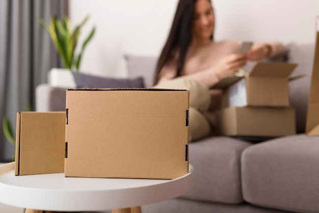 Frau entpackt verschiedene pakete von cyber-montag-verkäufen