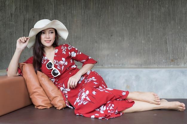 Frau entspannt auf einem stuhl