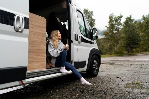 Frau entspannt in ihrem wohnmobil bei tageslicht
