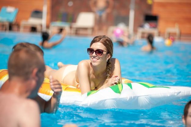 Frau entspannt sich im sommer im pool