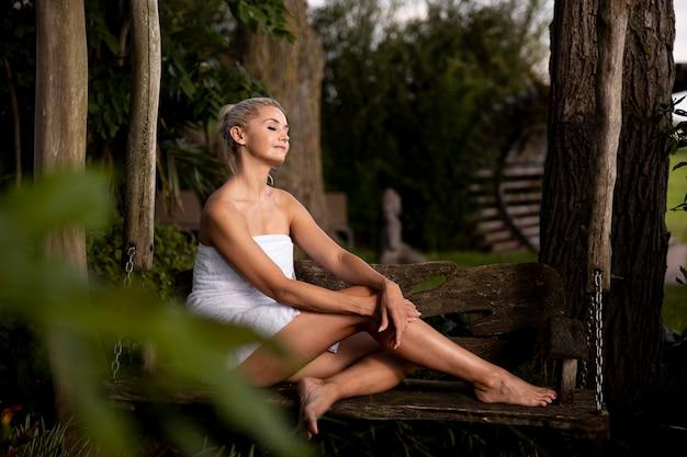 Frau entspannt sich in einem wellnesshotel im freien