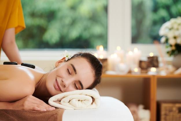 Frau entspannt sich mit steinen
