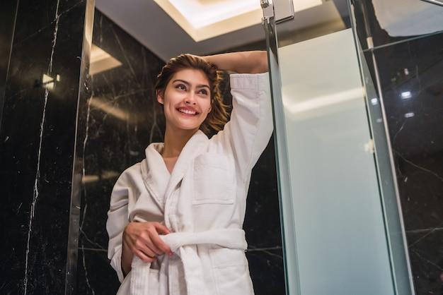 Frau entspannte sich nach dem duschen im spa.