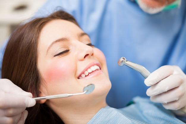 Frau erhält eine zahnbehandlung