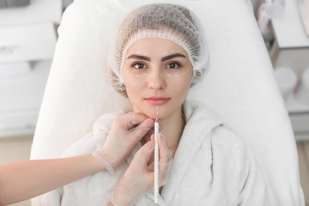 Frau erhält kosmetische injektion von botox