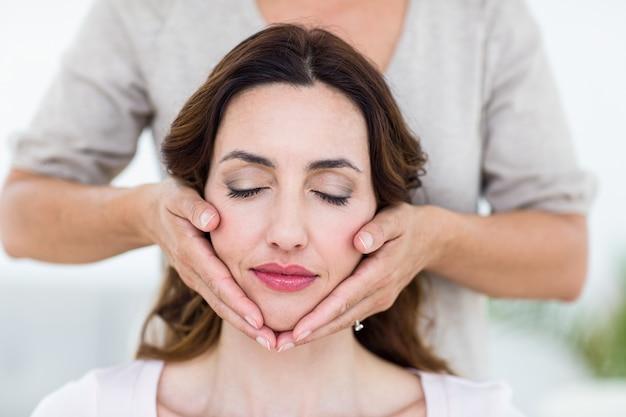 Frau erhält reiki-therapie