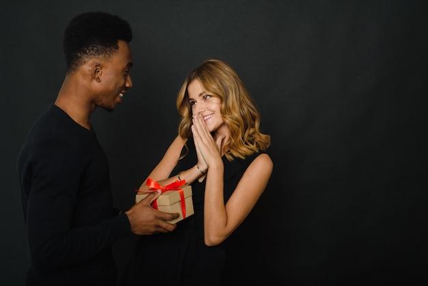 Frau erhält weihnachtsgeschenk vom mann