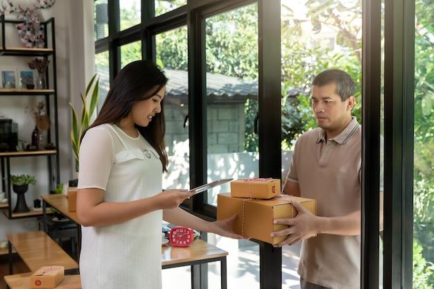 Frau erhielt die paketlieferung zum haus.