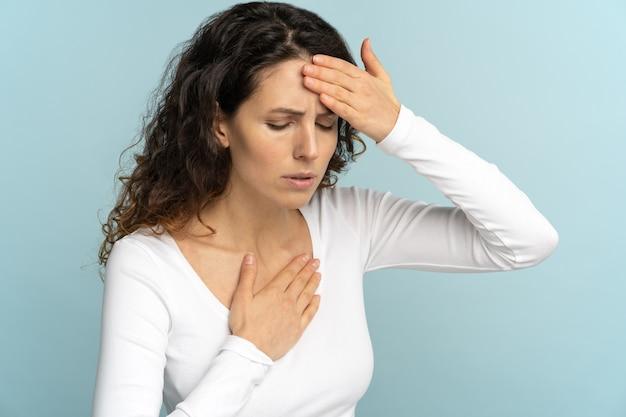 Frau erhielt hitzschlag bei heißem sommerwetter, das ihre stirn berührte. brustschmerzen sonnenstich dyspnoe