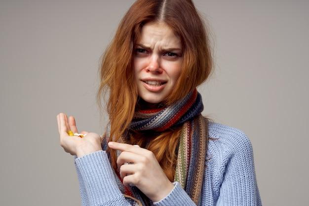 Frau erkältung einnahme von medikamenten heller hintergrund