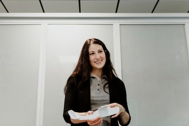 Frau erklärt aerodynamik in einem klassenzimmer
