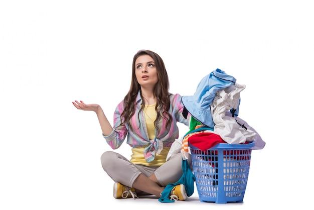 Frau ermüdete, nachdem sie die wäscherei getan hatte, die auf weiß getrennt wurde