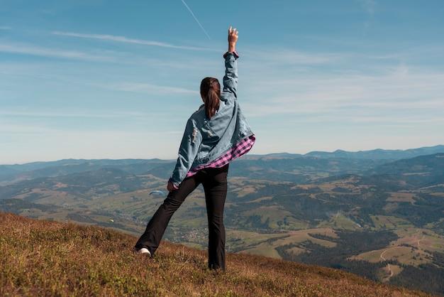 Frau erreichte die spitze des berges und feierte