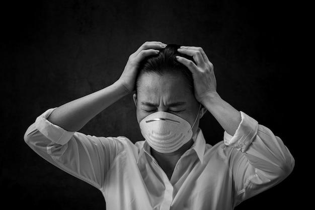 Frau erschrocken und eine maske tragend. - schutz vor viren, infektionen, abgasen und industrieemissionen.