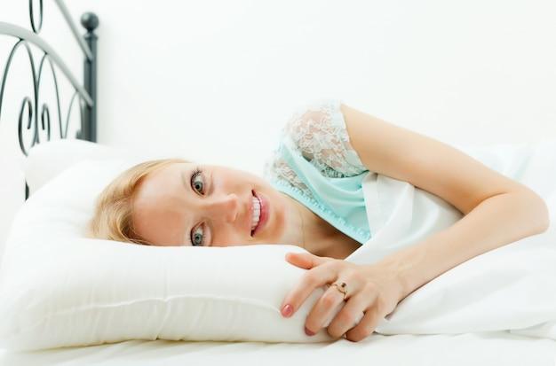 Frau erwacht im bett