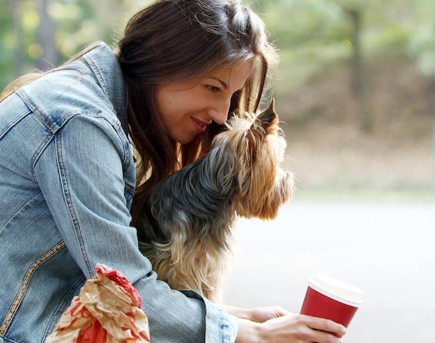 Frau essen beim bummeln mit ihrem hund zu mittag