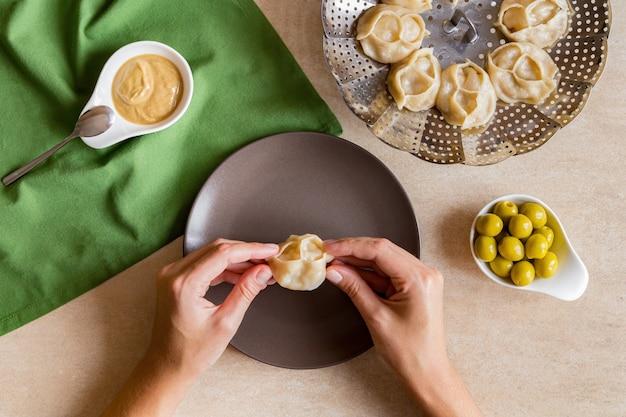 Frau essen leckere manti dampf gekochte fleischknödel