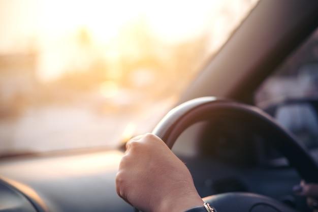 Frau fährt ein auto