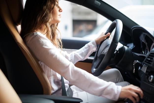 Frau fährt ihr auto