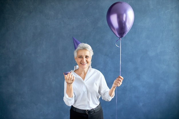 Frau feiern geburtstag mit ballon