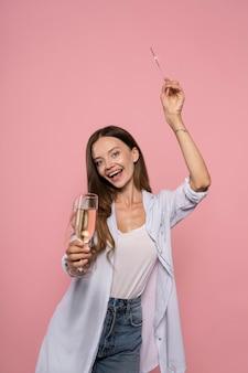 Frau feiert mit sektglas