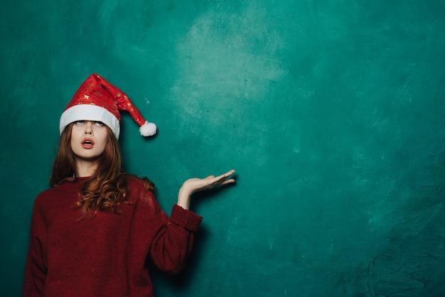 Frau feiert weihnachten und neujahr.