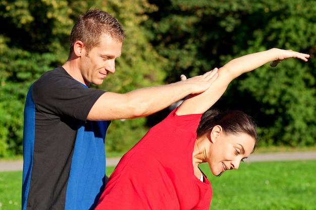 Frau - fitness mit personal trainer