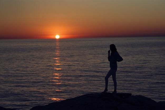 Frau fotograf im freien sonnenuntergang frischluftlandschaft