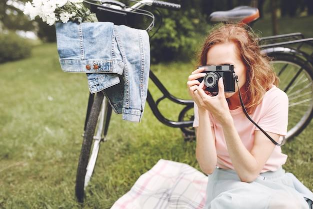 Frau fotografiert die natur