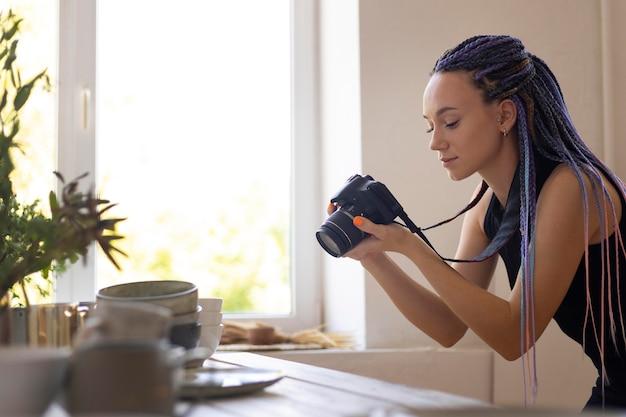Frau fotografiert keramikgeschirr