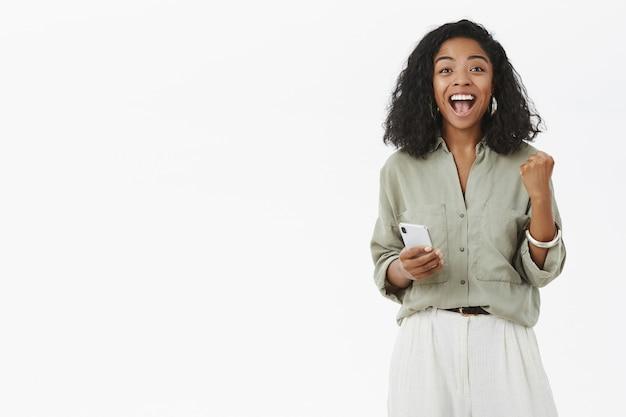 Frau freut sich vor glück und freude zu schreien