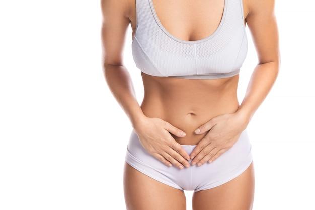 Frau fühlt schmerz im untereren teil ihres magens
