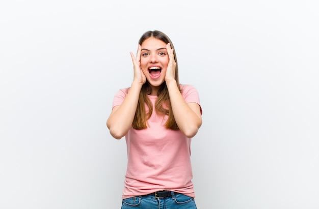Frau fühlt sich glücklich, aufgeregt und überrascht und schaut mit beiden händen im gesicht zur seite
