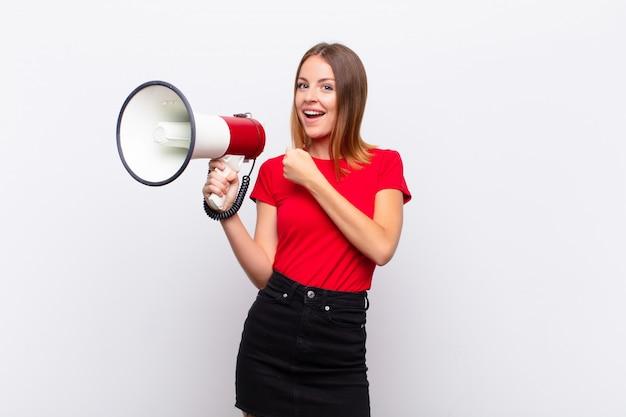 Frau fühlt sich glücklich, positiv und erfolgreich, motiviert, wenn sie sich einer herausforderung stellt oder gute ergebnisse feiert