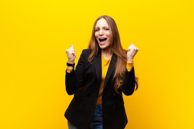 Frau fühlt sich glücklich, überrascht und stolz, schreit und feiert erfolg mit einem großen lächeln