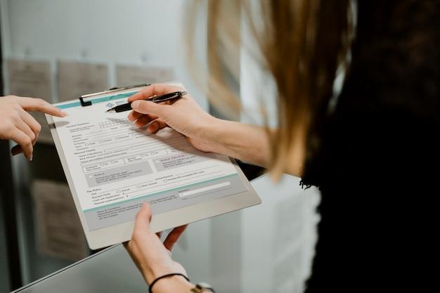 Frau füllt ein formular aus