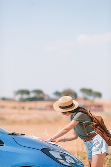 Frau für ein neues abenteuer auf der suche nach dem richtigen weg auf der karte