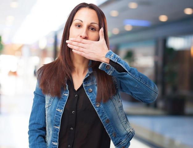 Frau für ihren mund mit einer hand