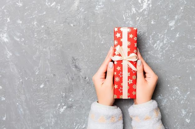 Frau geben eingewickeltes handgemachtes weihnachtsgeschenk