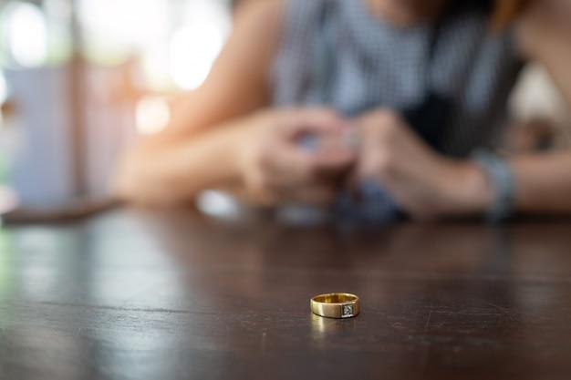 Frau gebrochenes herz mit ring, traurig, frau unglücklich