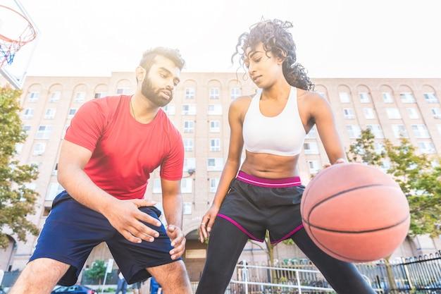 Frau gegen den mann, der basketball in toronto spielt