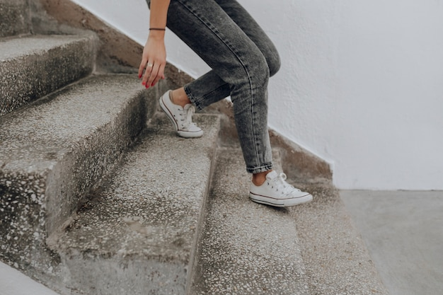 Frau geht die treppe hinunter