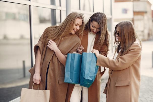 Frau geht mit einkaufstüten nach draußen
