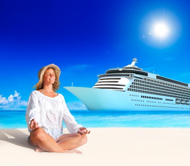 Frau-geistiges friedliches sommer-strand-konzept