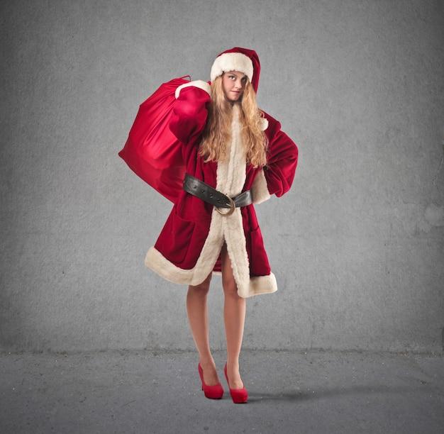 Frau gekleidet wie der weihnachtsmann