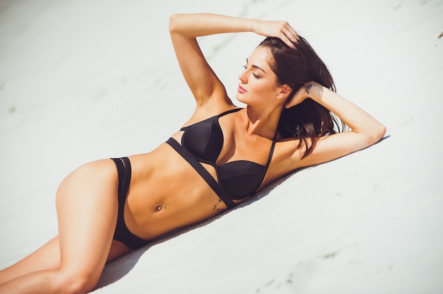 Frau gekleidete schwarze badebekleidung im freien