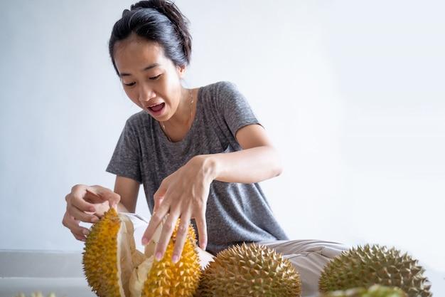 Frau genießen, durianfrucht zu essen