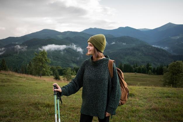 Frau genießt die schöne ländliche umgebung