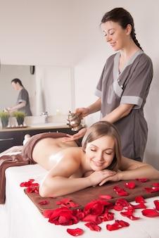 Frau genießt eine ayurveda-öl-massage-behandlung im spa