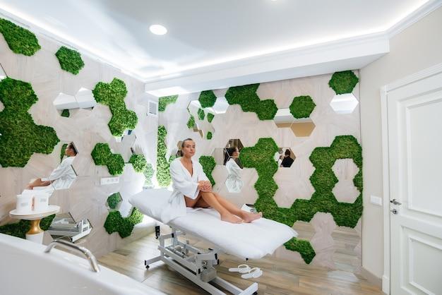 Frau genießt eine professionelle kosmetologische massage im spa.